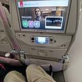座位真的還滿寬的,我想80公斤左右搭乘都還算OK,螢幕也比一般飛機大有中文喔。