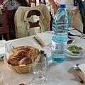 每餐都會有麵包和酒,水聽說都是旅行社另外準備的。