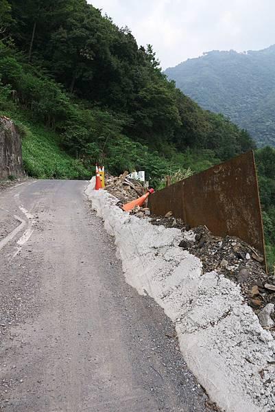 道路坍方,請小心。
