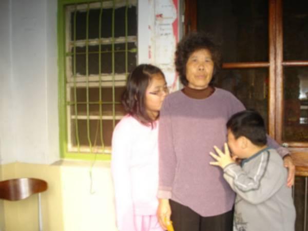 阿嬤和二個小朋友