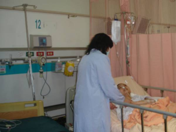 在重症加護病房中的小玲和媽媽