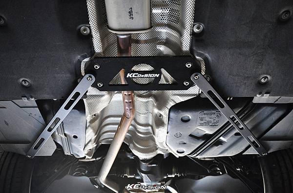 BMW F20 118i 安裝 KCDesign 中後下V字拉桿 套裝組_04.jpg