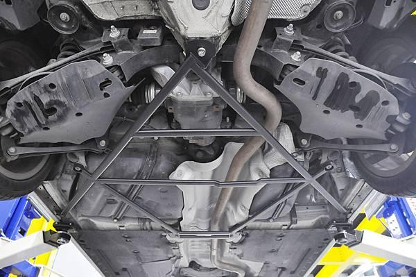 BMW F31 318DT 安裝 KCDesign 後下大菱形結構桿_004.jpg