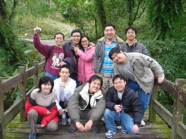 【下排】佩嘉姐、我、翔華哥、育彰哥(鼠子)【上排】俊延哥(猴子)、正賢哥、麗鈺姐、鐘靈哥(阿諾)、柏成哥、