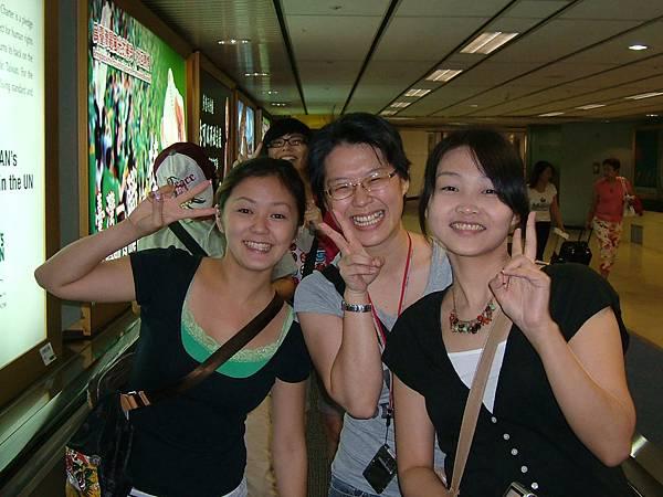 承佩、孟珊學姊、蕭萱、小白在後面頭探出來了