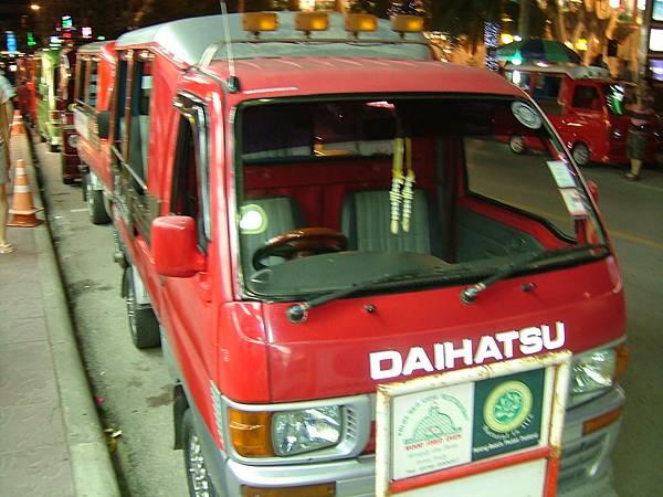 芭東夜市上停靠的計程車