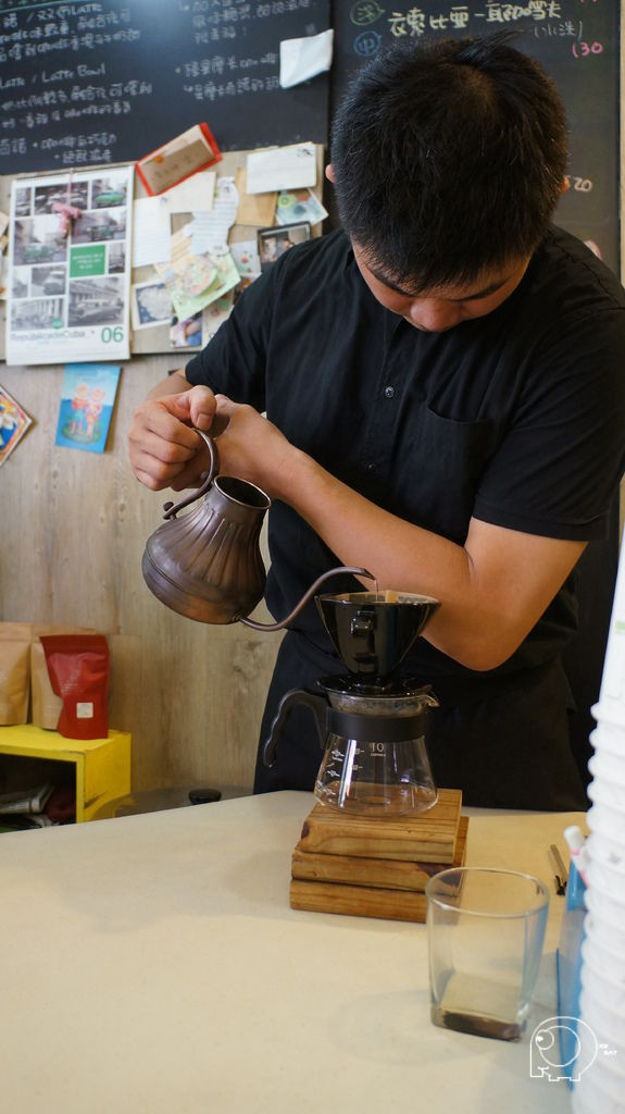 老闆泡咖啡英姿
