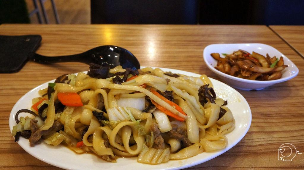 牛肉刀削炒麵