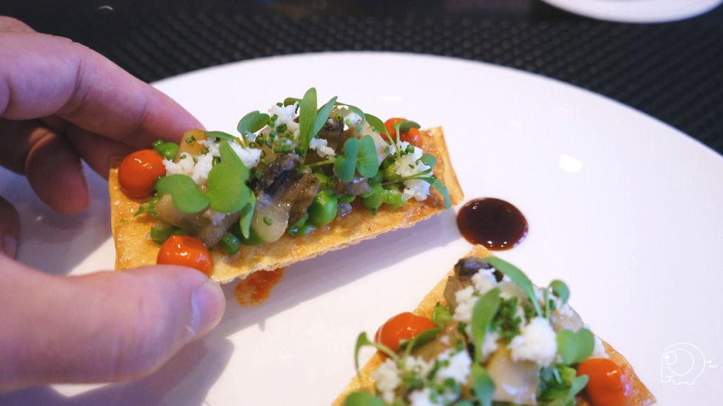 金湯燉汁鮑魚搭配煙燻柿椒塔