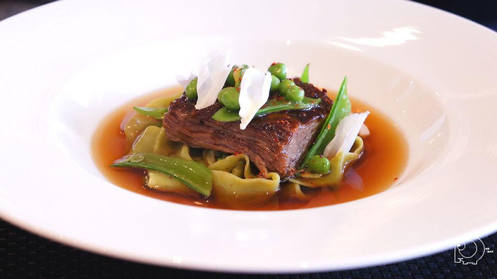 香花豌豆節瓜寬麵搭配燉煮牛小排