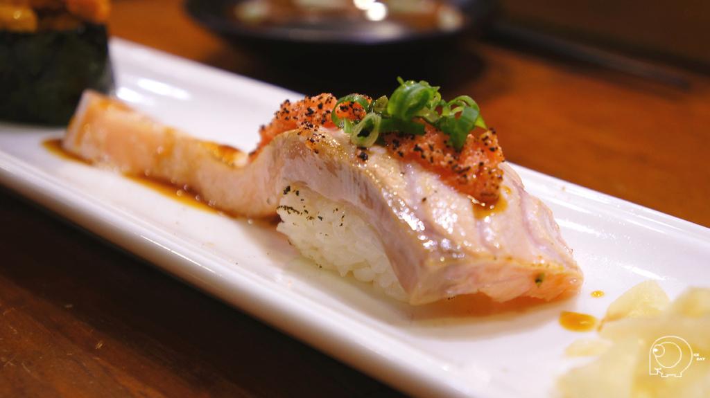 炙燒鮭魚肚握壽司
