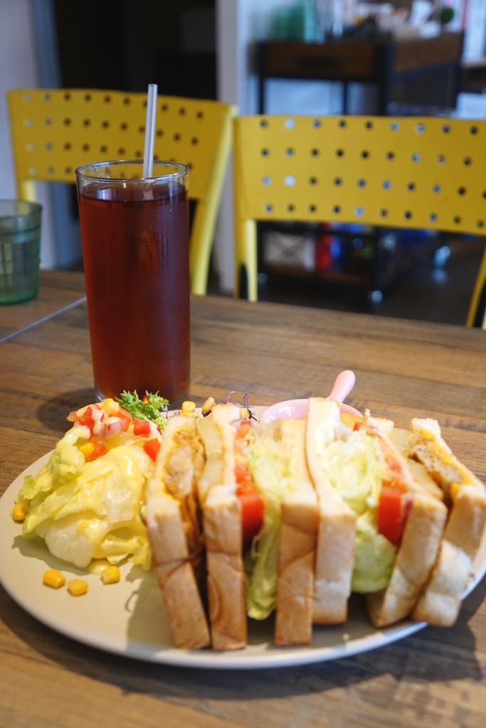 香煎羅勒雞腿總匯三明治+微笑薯餅套餐