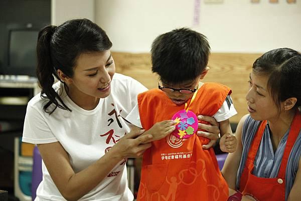 名模辣媽洪曉蕾(左1)與慢飛天使「皓皓」展示一起完成的香包