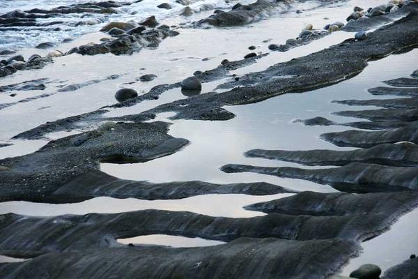 石槽地質;就在靠。海邊的前方