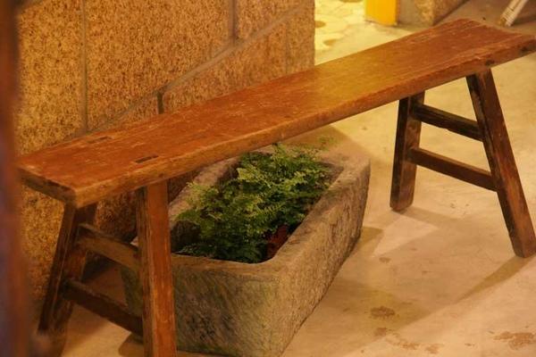 石槽種花。古早板凳。