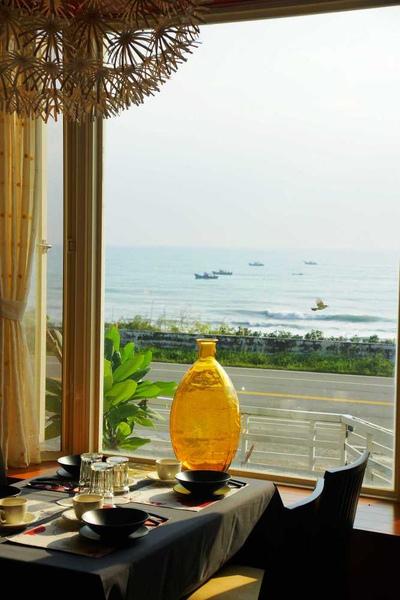靠海邊91餐廳窗外漁船2.jpg