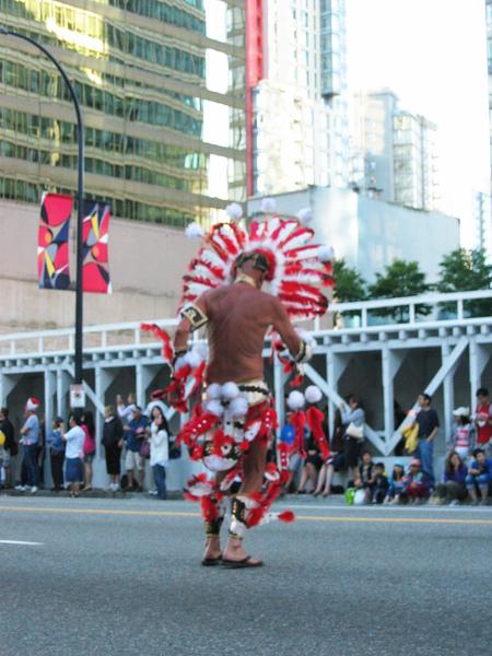 Canada Day Parade~這位只穿小短褲熱舞的....