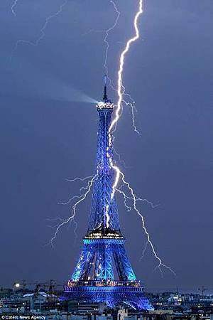 雷擊的艾菲爾鐵塔,31歲的餘攝影師貝特杭庫利克(Bertrand Kulik).jpg