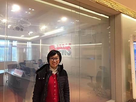 20171117 廖彩杏在上海新聞廣播電台錄音室前.jpg