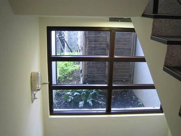 樓梯的窗景,俺覺的很美