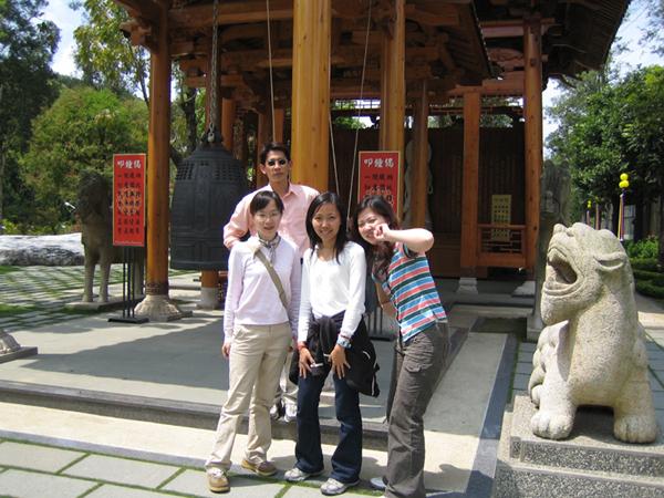 中台禪寺鐘前的合照