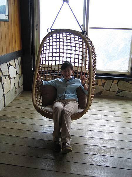 只有我跟純美去坐搖椅說