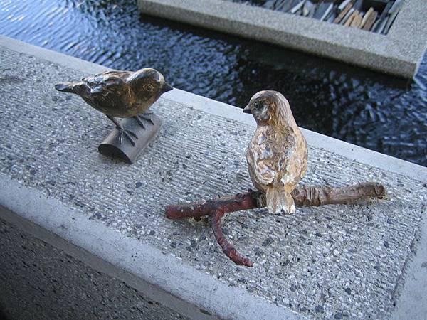 池畔旁的小鳥裝飾物