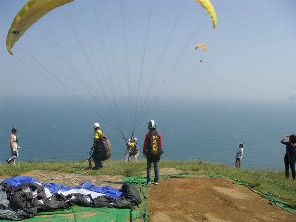張起傘來~我已經站在懸崖上了~要往前跑老實說有些害怕,但也不知怎麼的就飛起來了XD