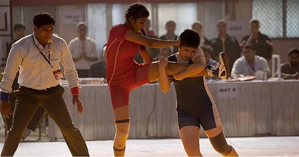 《我和我的冠軍女兒》劇照2-摔跤抱腿技引發網友模仿.jpg
