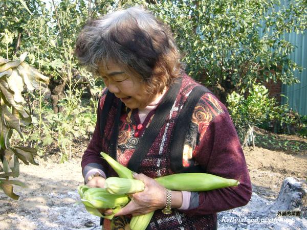 玉米在外婆手裡.jpg