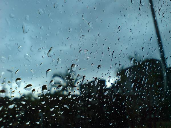 下雨天-上班前在車上喝咖啡