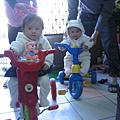 和小表姊騎三輪車