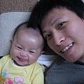 跟爸爸照相這麼好笑哦
