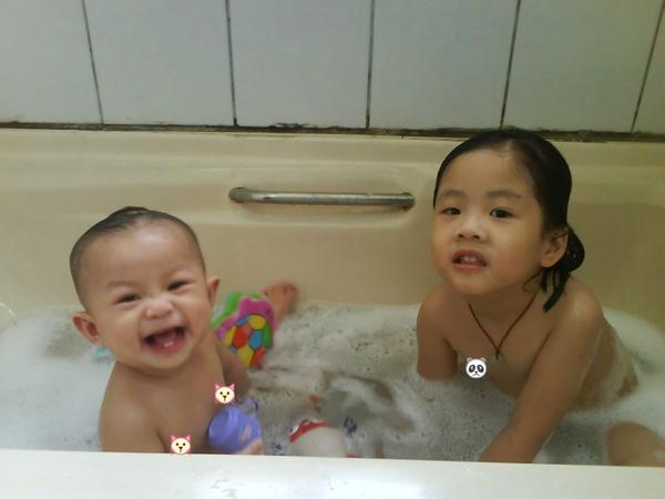 長大囉!可以和姊姊一起洗澡