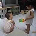 晨晨:譯豆小表姊妳要玩這個玩具?