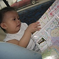 大小姐忙得很哦!坐車也要看地圖