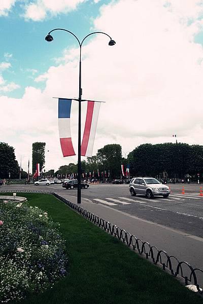 二戰紀念日高掛旗幟