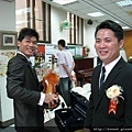 害羞的伴郎與準備拉小提琴的新郎