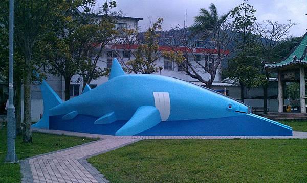 小時候的鯨魚溜滑梯...以前是灰色