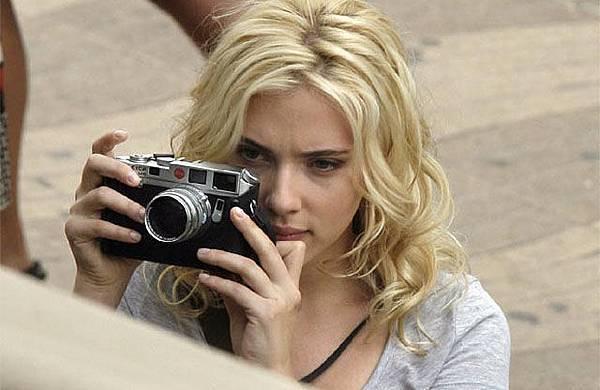 ScarlettJohanssonLeicaM8Camera_640w.jpg