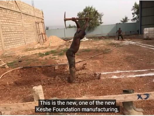非洲工人在挖地基.jpg