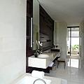裝潢簡捷的盥洗室