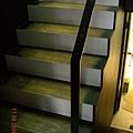樓梯做一半了