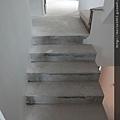 原先是水泥地樓梯