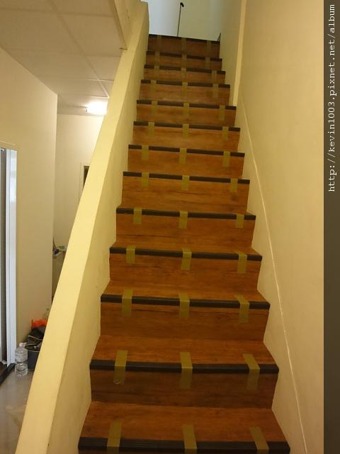 塑膠地磚樓梯完工後