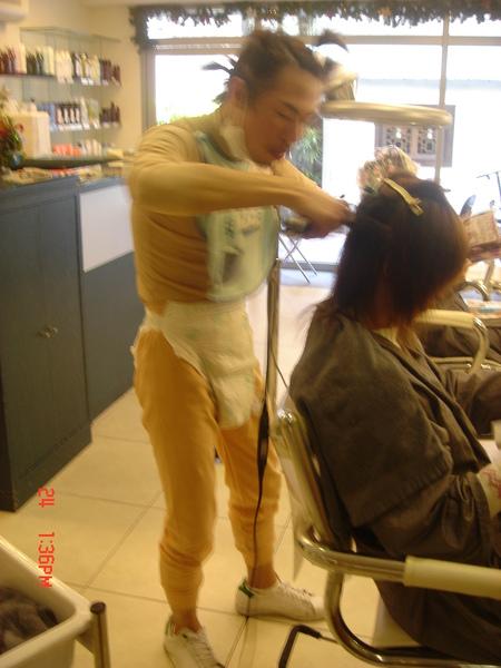 正在幫客人燙頭髮....那天進來的客人都以為走錯地方