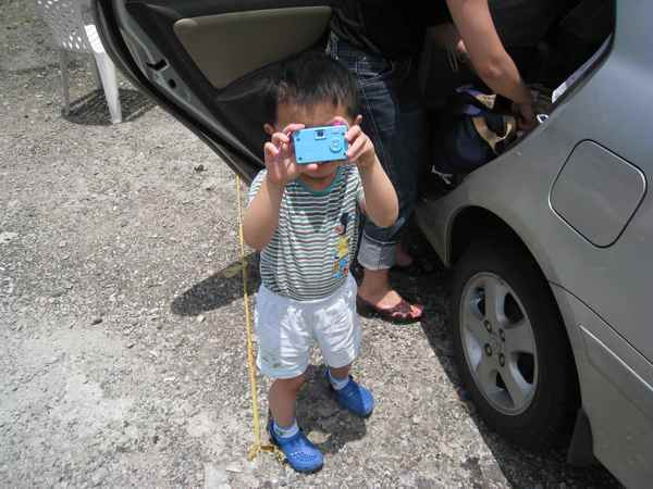 01外甥學我拿相機拍照的樣子