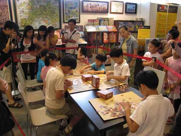 09小朋友在比賽拼圖.jpg