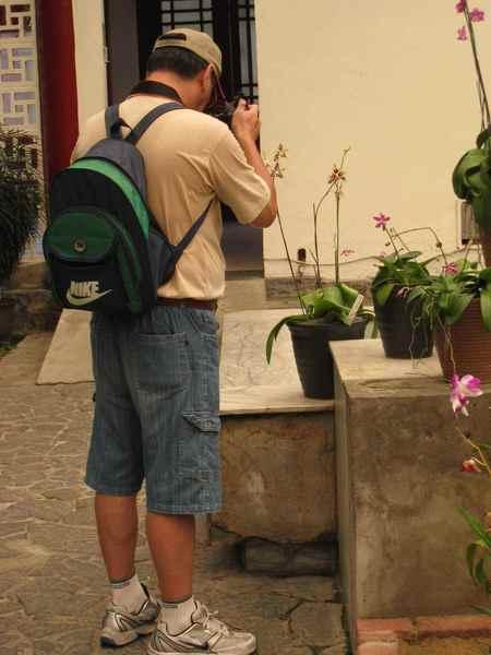 25拿著SONY阿法相機在拍照的先生.jpg