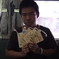 018_tuba在炫耀他買的紀念品